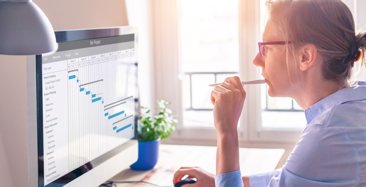 Project manager using Gantt chart